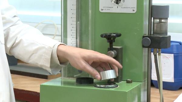 Cómo utilizar un picnómetro de laboratorio