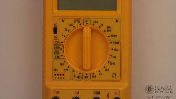 Multímetro digital. Medida de corrientes en alterna.