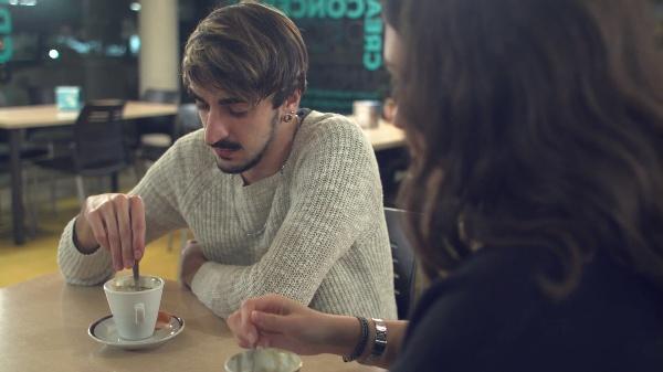 Conversación cafetería voz proyectada (Sonido Diegético)