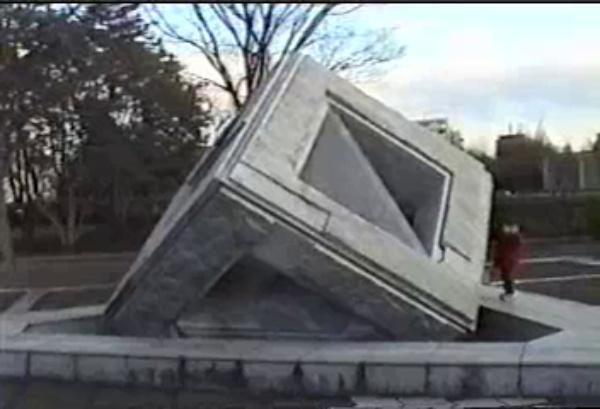 Péndulo de piedra diseñado por Kawaguchi en Tsukuba