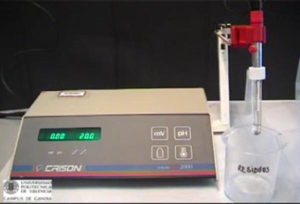 Ús del pH-metre Crison micro pH 2000. Mesura del pH d'una dissolució.